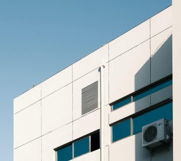 Facade équipée d'une unité de climatisation réversible avec grand ciel bleu